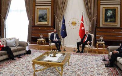 Think pink! Do Pink! Il divano di Ankara e lo sfregio sessista di Erdogan