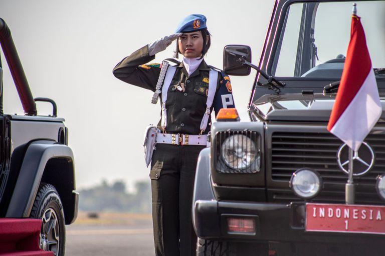 """""""Piacere mio!"""": l'Indonesia si prepara a cancellare il test di verginità per le donne soldato"""